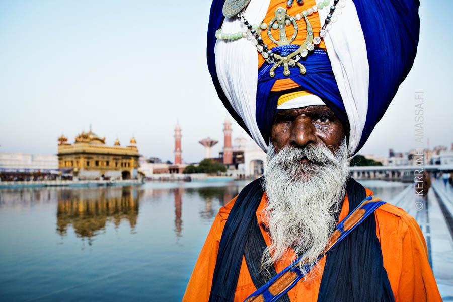 Kultaisen temppelin luona Amritsarissa.