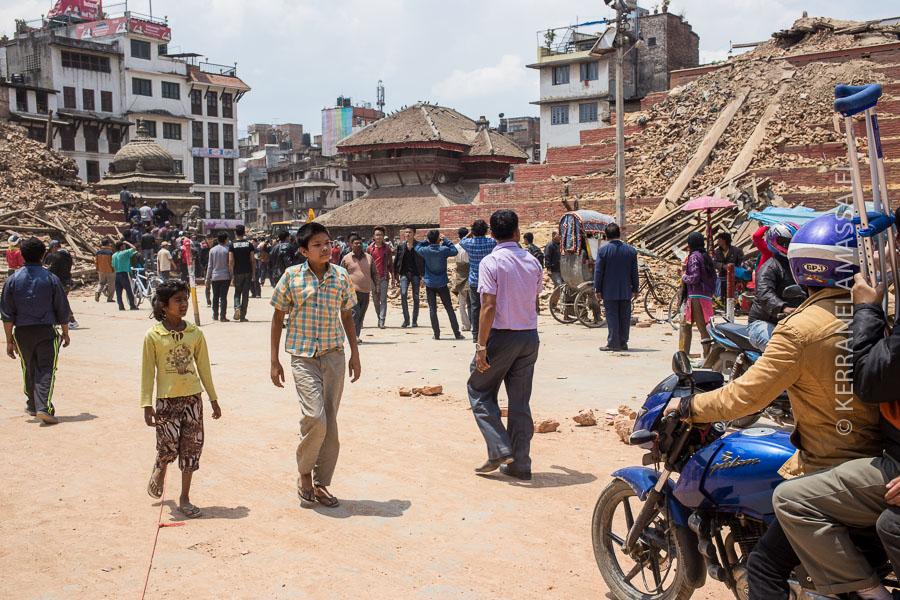Huhtikuun 2015 maanjäristyksessä talot säästyivät mutta temppelit sortuivat Kathmandussa.
