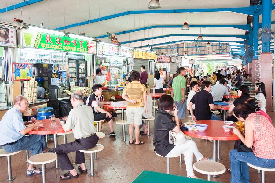 Singaporen hawker center -ruokamarkkinat ovat edullisia paikkoja herkutella.