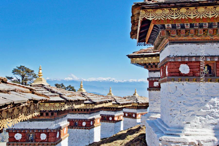 Muistostupa uuden pääkaupungin Thimphun ja vanhan pääkaupungin Punkhan välillä.