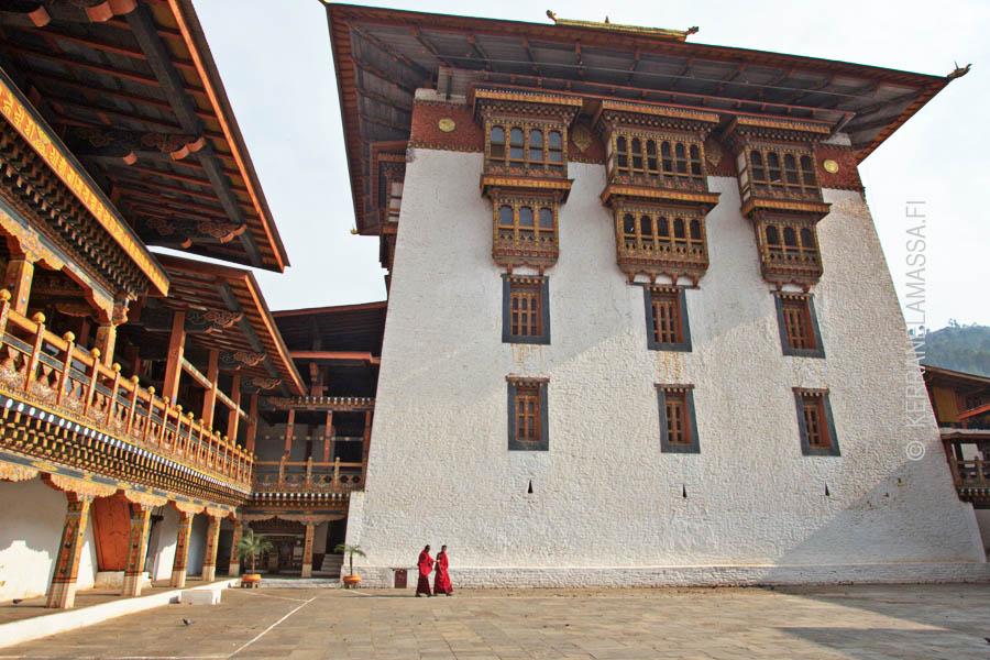 Salaperäiseen Bhutaniin pääsee tutustumaan vain kiertomatkoilla. Itsenäiset matkailijat eivät ole maahan tervetulleita.