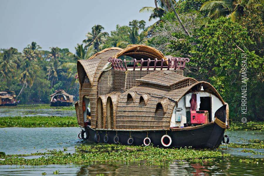 Intiassa voi matkustaa monenlaisella vempaimella. Tässä keralalainen asuntolaiva. Kuva: Ville Palonen.
