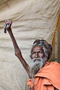 Tämä sadhu on pitänyt kättään niin pitkään yhtäjaksoisesti pystyssä, että käsi on muuttunut ylöspäin sojottavaksi tikuksi.
