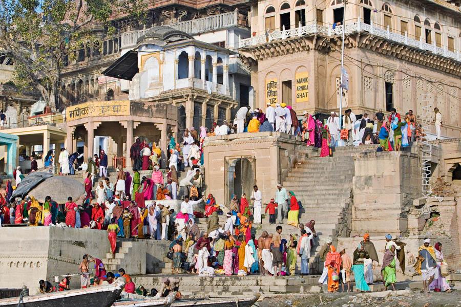 Varanasin Gangesin varteen johtavat portaikot eli ghatit kuhisevat elämää.