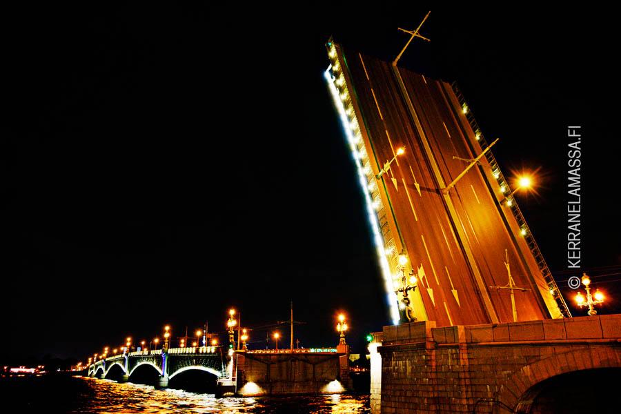 Pietarin yöllä ylös nousevat sillat ovat mahtava näky.