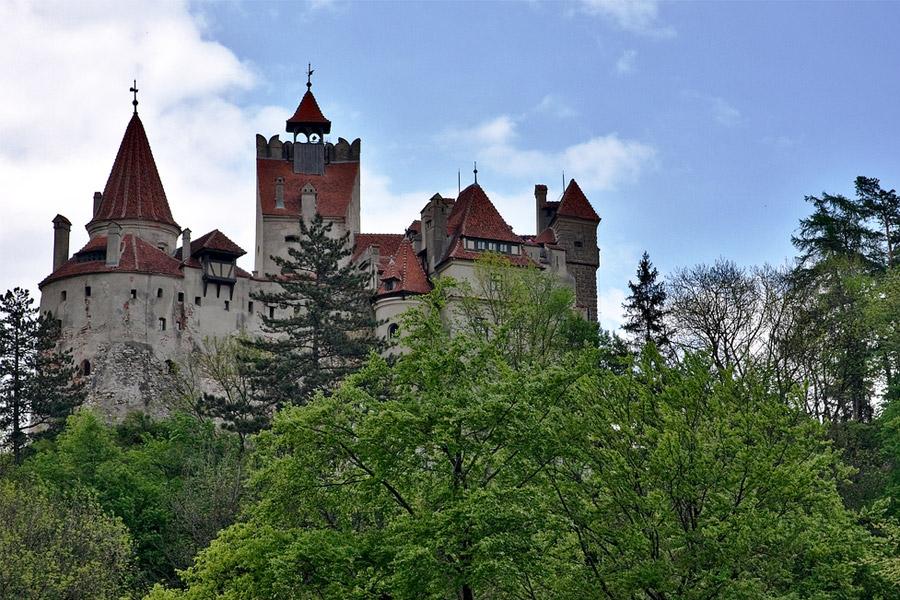 Vampyyritarinat ovat Romanian suurin vetonaula. Kuvassa Draculan linnaksi kutsuttu Bran Castle. Kuva: Horia Varlan, Flickr CC