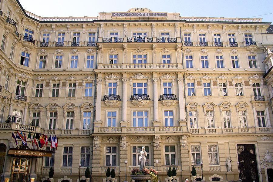 Grand Hotel Pupp löytyy tshekkiläisestä kylpyläkaupungista. Kuva Wikimedia Commons