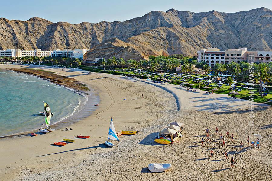 Pääkaupunki Muscatia reunustavat hiekkarannat.