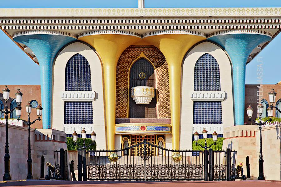 Sulttaani Qaboosin palatsi hämmästyttää ulkonäöllään.