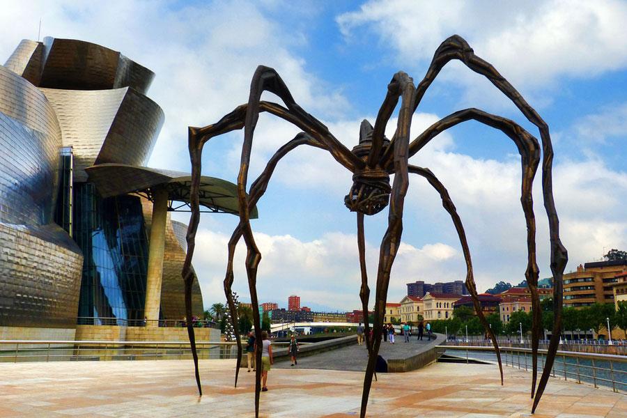 Guggenheimin museota vartioi jättiläishämähäkki. Kuva juantiagues, Flickr CC