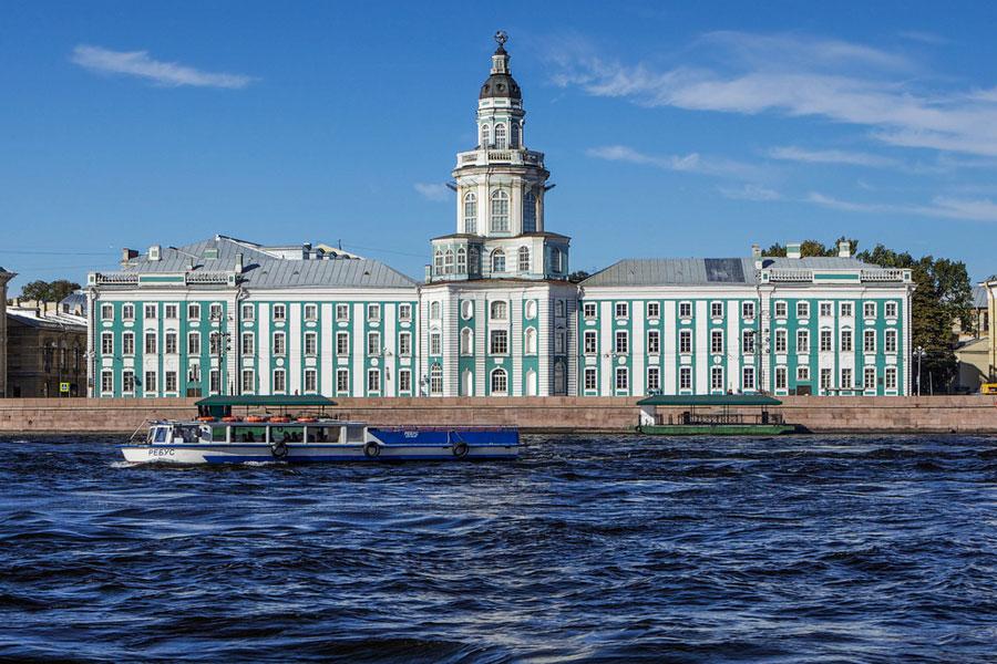 Kunstkamera sijaitsee komeassa palatsissa Nevan rannalla. Kuva: ninara, Flickr CC