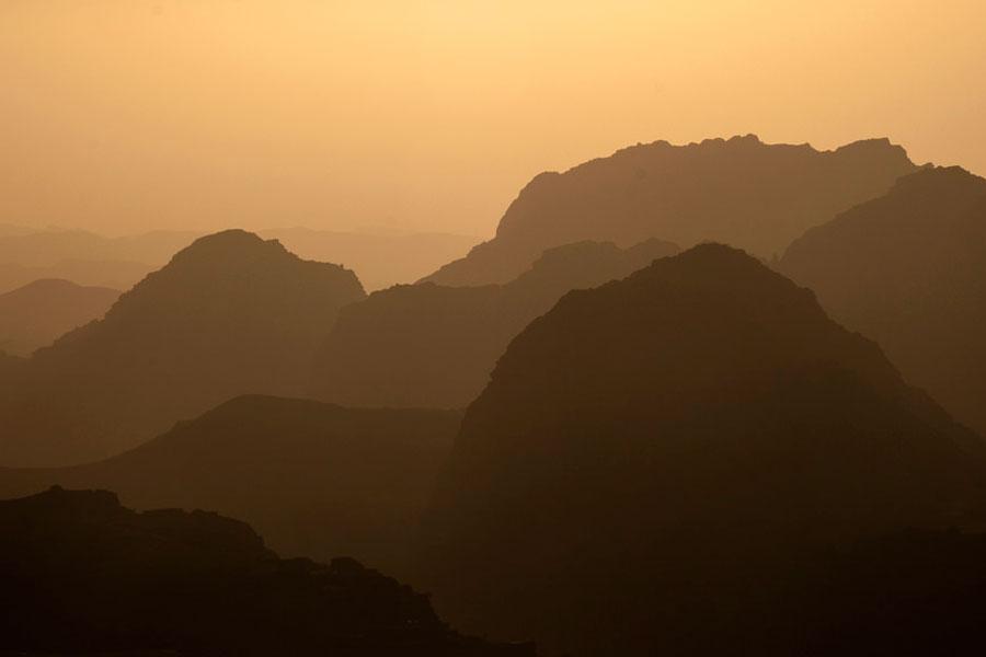 Vuoret suojaavat Petraa kuin muurit. Kuva alcolm Browne, Flickr CC