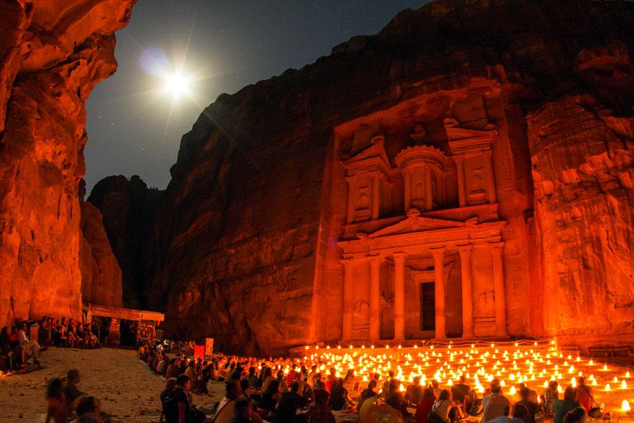 Petra valaistaan yöllä kynttilöin. Kuva Sylvain L, Flickr CC