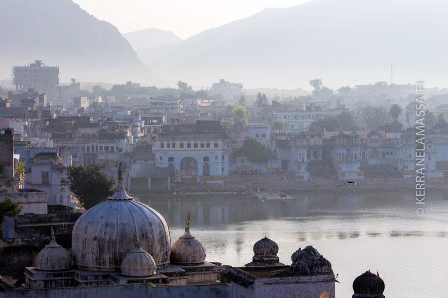 Pyhä kaupunki Pushkar aamun sarastaessa.