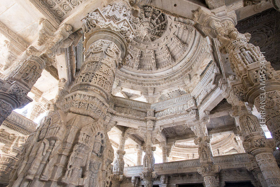 Ranakpurin huikean koristeellinen jainilaistemppeli.