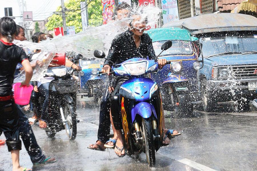 Songkranin aikaan moottoripyörissäkin on tuulilasinpyyhkijät. Kuva Wyndham, Flickr CC
