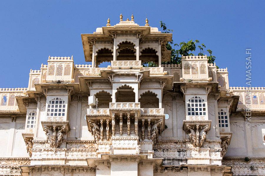 Udaipurin maharajan palatsin arkkitehtuuria.