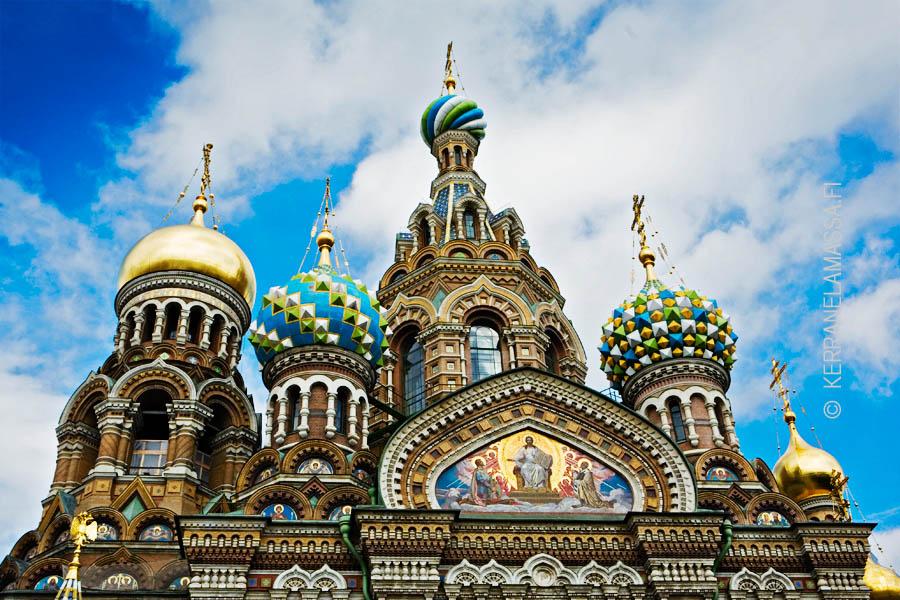 Kirkon sipulikupolit ovat tyylirikko Pietarin klassisessa kaupunkikuvassa.