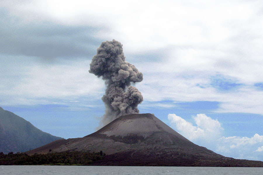 Anak Krakatau tuprutteli kovasti savua vuonna 2008. Kuva Gemini1980, Wikimedia Commons