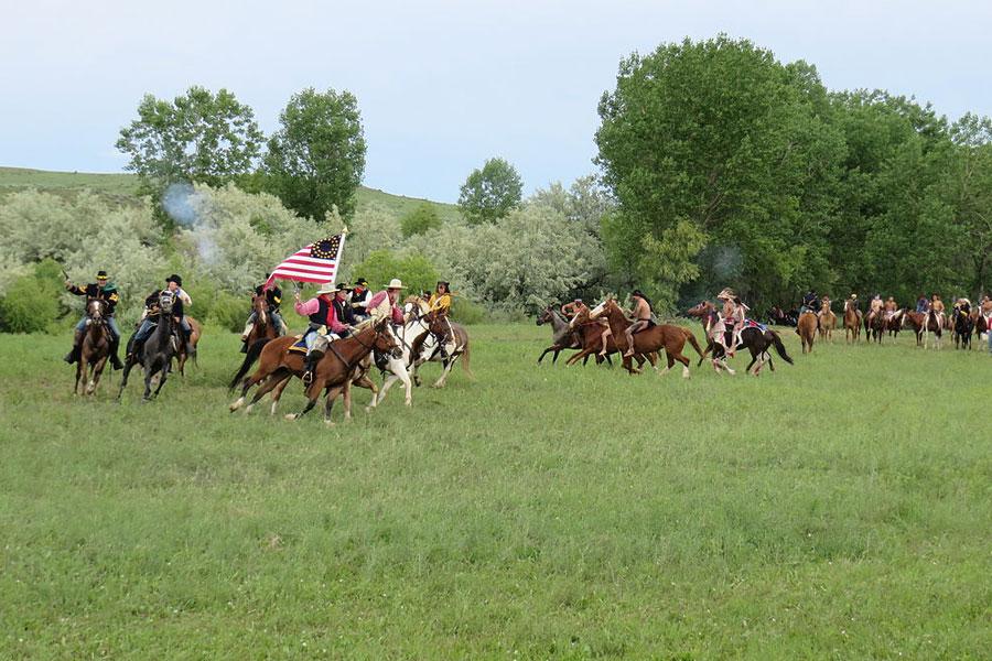 Little Bighornin taistelua käydään uudelleen aidoissa maisemissa. Leonard J. DeFrancisci, Wikimedia Commons