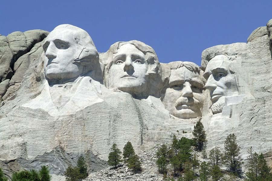 Mount Rushmoren patsaiden kasvoilla kiipeiltiin ikimuistoisesti Alfred Hitchcockin elokuvassa Vaarallinen romanssi.