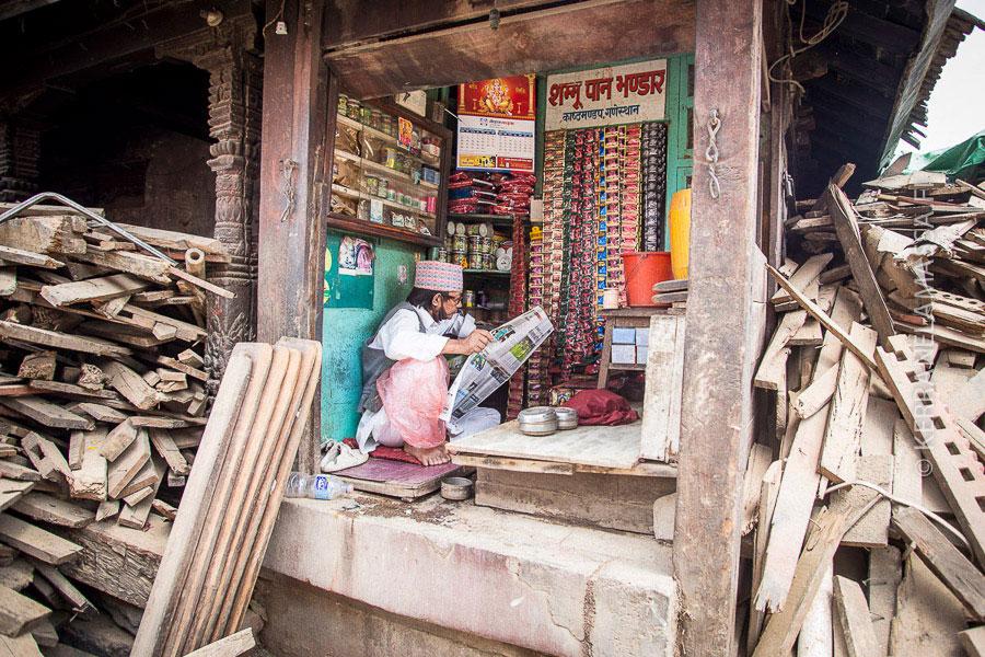 Elämä jatkuu. Pieni puoti avasi nopeasti ovensa maanjäristyksen tuhojen keskellä.