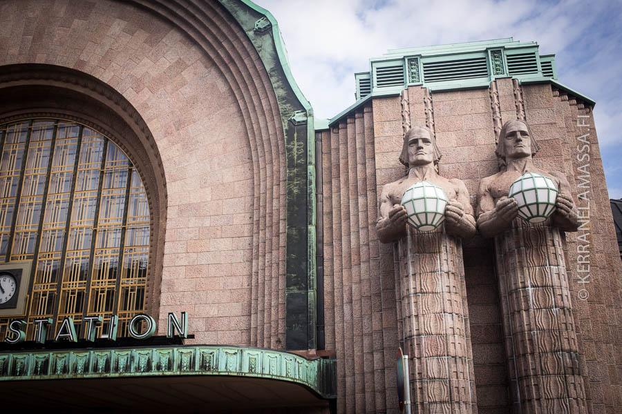 Lyhdynkantajat eivät petä – toisin kuin VR:n aikataulut. Kuva. Antti Helin