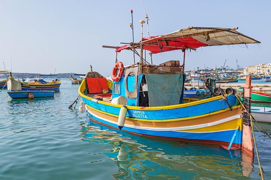 Maltan kirkkaanväriset perinteiset kalastusveneet tunnetaan nimellä luzzu.