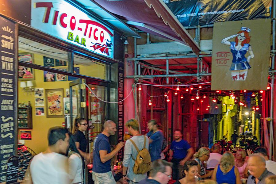 Vallettan kapealla Strait Streetillä on värikäs historia, ja se on tänä päivänä trendikäs yöelämän keskus niin paikallisten kuin turistien keskuudessa. Kuva: Arna Grym.
