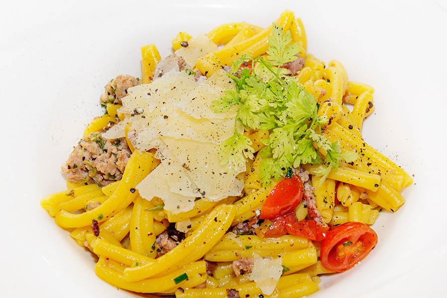 Maltalainen ruoka edustaa tyyppillistä välimerellistä keittiötä, jossa on vaikutteita Maltaa asuttaneilta. Italialaiset vaikutteet ovat ilmeisiä. Tässä kotona tehtyä pastaa maltalaisella makkaralla. Kuva: Arna Grym.