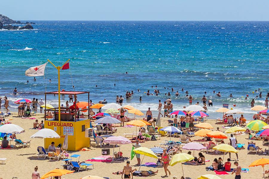 Maltan rannoilla on usein voimakkaita virtauksia, joista varoitetaan punaisilla lipuilla. Golden Bay on yksi Maltan suosituimmista hiekkarannoista. Kuva: Arna Grym.