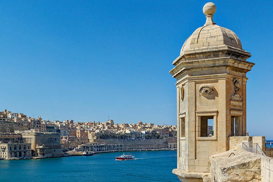 Vallettan vanhakaupunki Sengleasta päin kuvattuna. Kuvassa näkyy Senglean linnoituksen tähystystorni. Kuva: Arna Grym.