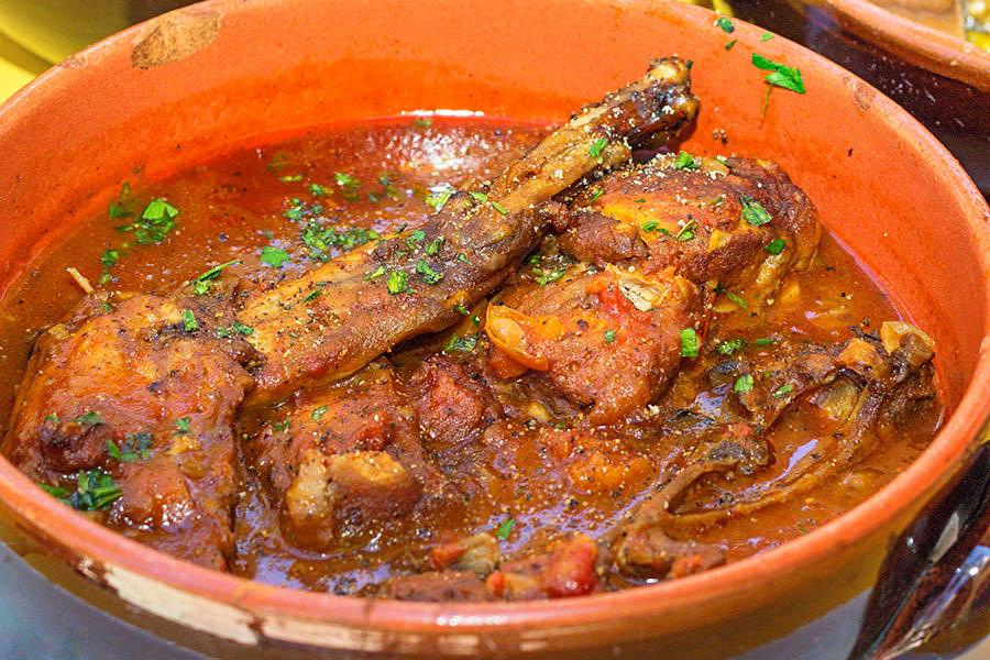 Hitaasti kypsennetty Stuffat tal-fenek eli jänispata on maltalainen perinneruoka. Kuva: Arna Grym.