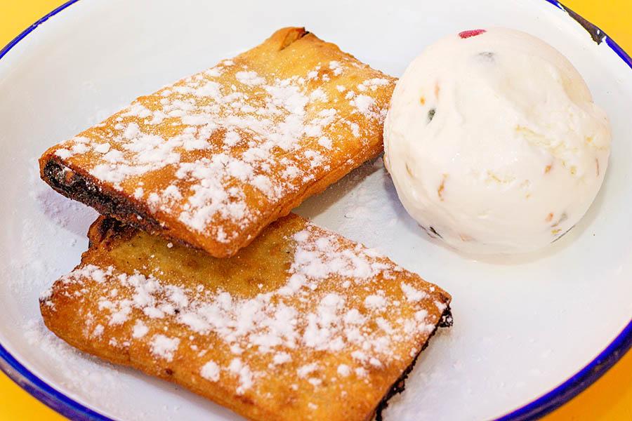 Imqaret bil-ġelat eli taatelitäytteinen leivonnainen ja kuivatuilla hedelmillä maustettua jäätelöä on perinteinen maltalainen jälkiruoka. Kuva: Arna Grym.