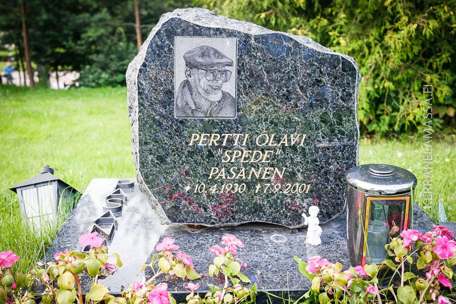 Speden hauta on Hietanimen taitelijamäellä.