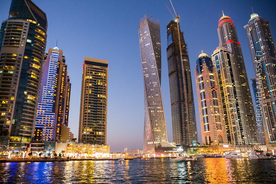 Ei siitä pääse mihinkään: Dubain pilvenpiirtäjät hurmaavat. Kiertyvä pilvenpiirtäjä löytyy Dubai Marinasta.