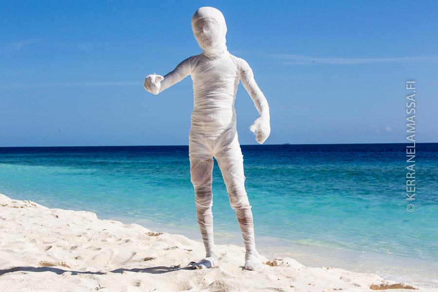 Pitääkö Malediiveilla pelätä muumioita? Poika on pukeutunut hirviöksi Eid-juhlan aavekulkuetta varten.