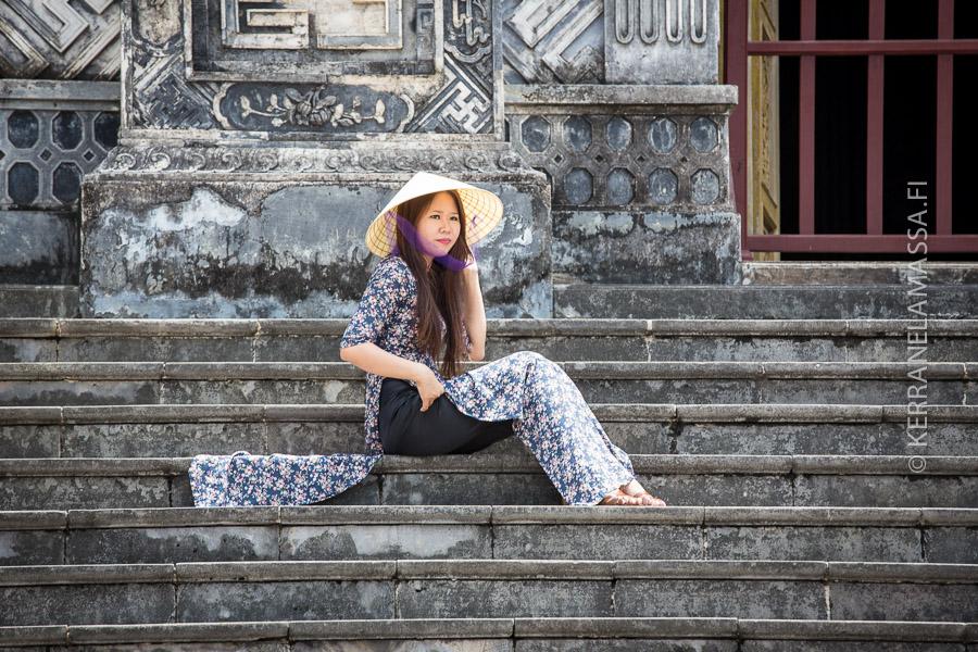 Conical-hattu ja tiukasti istuvat perinteinen leninki ovat Vietnamissa edelleen ahkerassa käytössä.