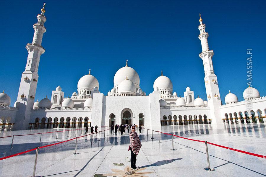 Abu Dhabin komein moskeija Sheikh Zayed Grand Mosque.