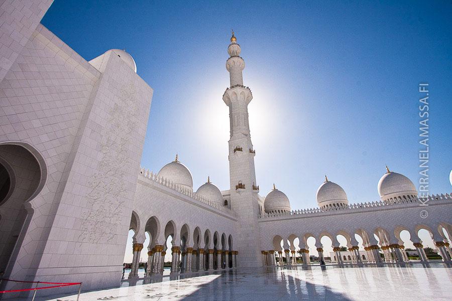 Abu Dhabista löytyy Arabiemiraattien komein moskeija.