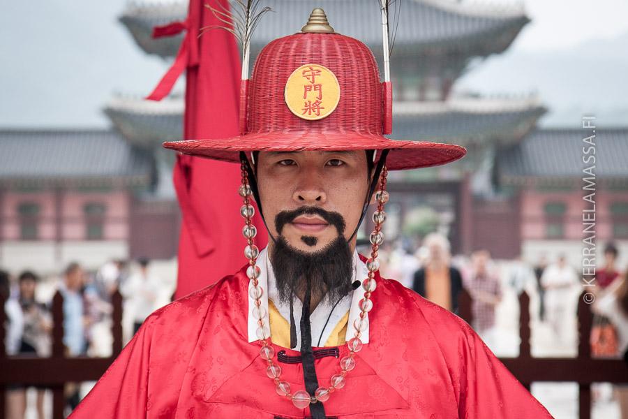 Soulin palatsinvartijat ovat pukeutuneet perinneasuihin.