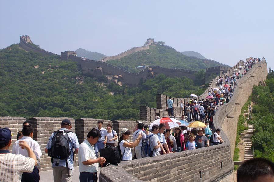 Tungosta Kiinan muurilla. Onneksi muuri on niin pitkä, ettei rauhallisiakaan pätkiä ole vaikea löytää.