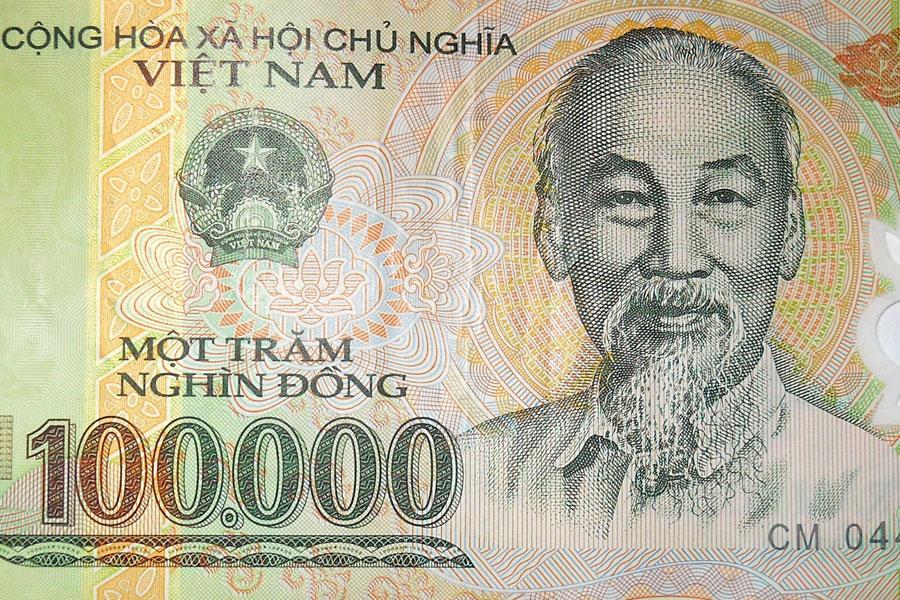 Setä Ho hymyilee kuin joulupukki jokaisessa dongissa.