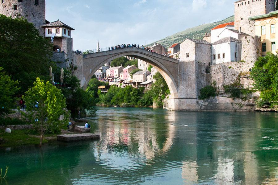 Mostarin silta rakennettiin uudelleen Bosnian sodan jälkeen. Kuva: Ebs Els, Flickr CC