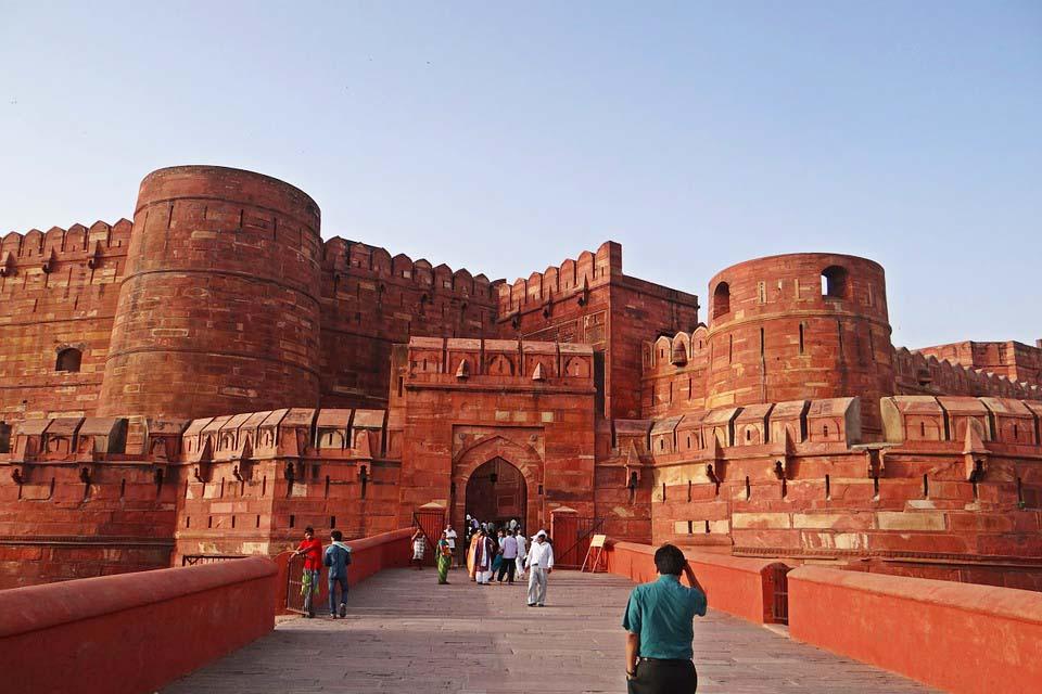 Agraa suojaa jykevä linnoitus.