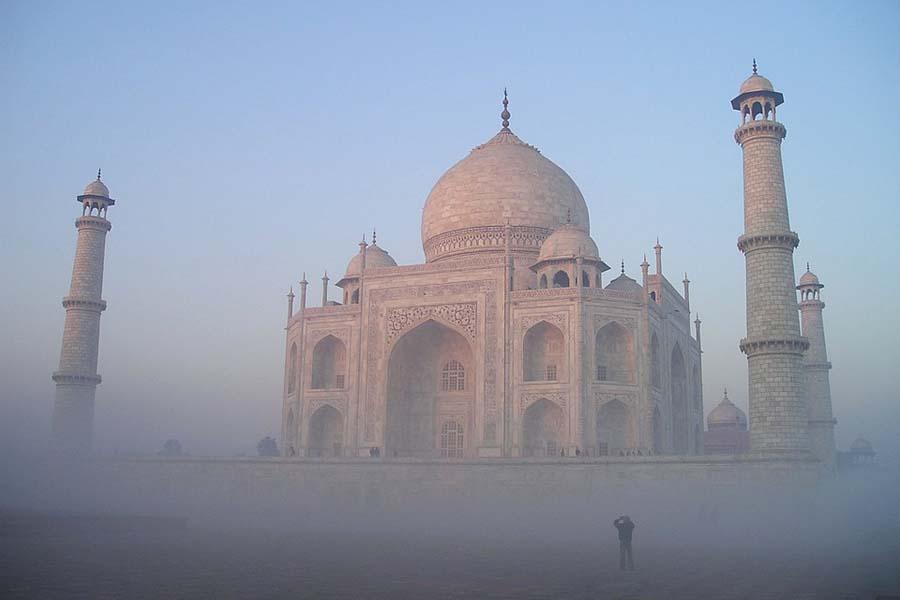 Taj Mahal aamu-usvassa.