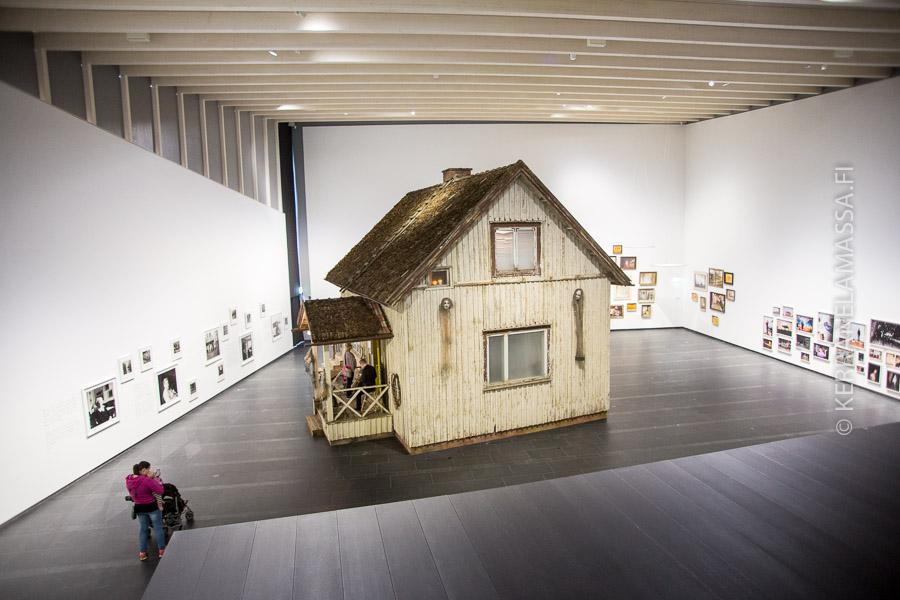 Gösta taidemuseon uuden puolen komeisiin saleihin mahtuu taideteokseksi vaikka kokonainen omakotitalo.