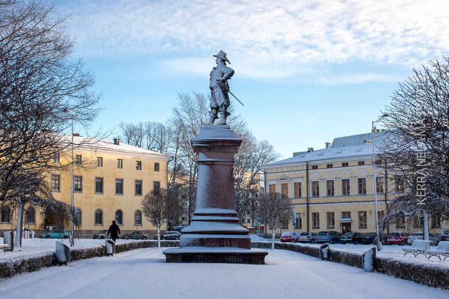 Turun Suurtoria koristaa Pietari Brahen patsas.