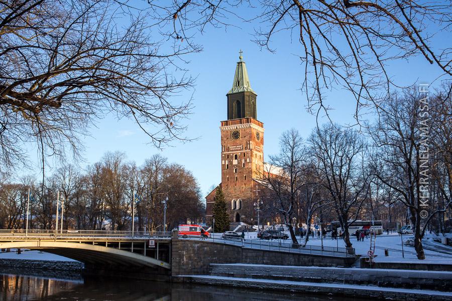 Turun tuomiokirkko seisoo maamerkkinä Aurajoen rannassa.