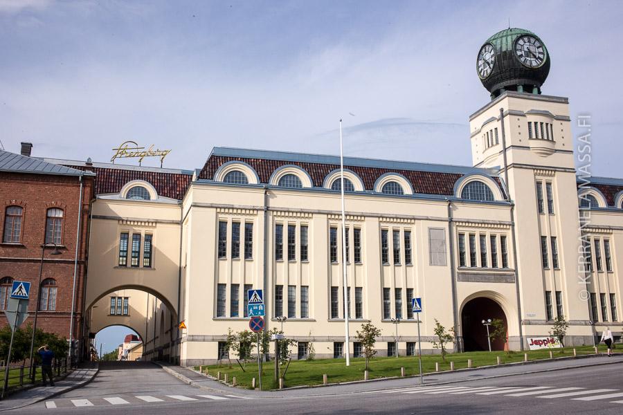 Pietarsaaren keskustan vanha tupakkatehdas on jylhä näky.